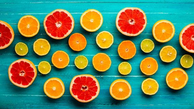 Vista superior misturada de citrinos na mesa Foto gratuita