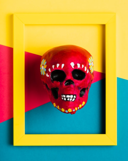 Vista superior moldura amarela com caveira vermelha Foto gratuita