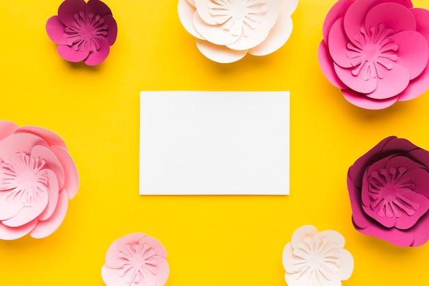 Vista superior moldura de papel floral com folha de papel em branco Foto gratuita