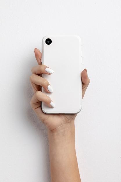 Vista superior mulher segurando um smartphone Foto gratuita
