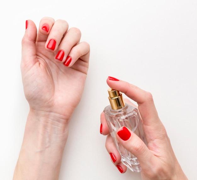 Vista superior mulher tentando novo perfume Foto gratuita