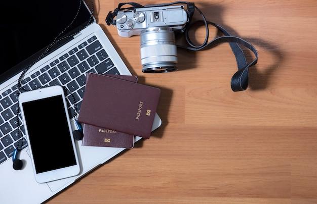 Vista superior notebook câmera fone de ouvido e passaporte prepare a viagem Foto Premium