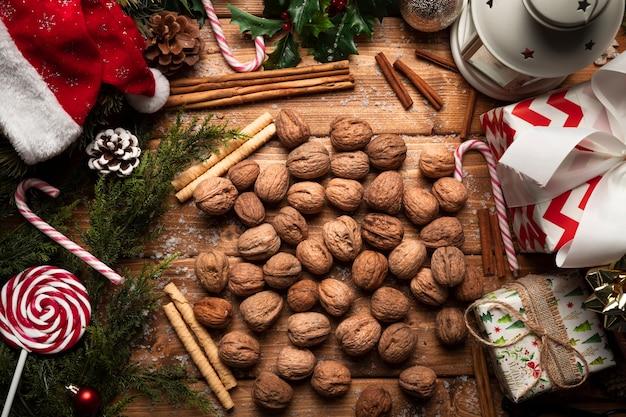 Vista superior nozes com decorações de natal Foto gratuita