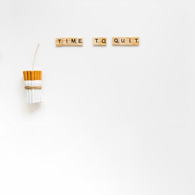 Vista superior palavras com maço de cigarros Foto gratuita