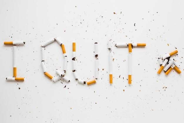 Vista superior palavras feitas por cigarros Foto gratuita