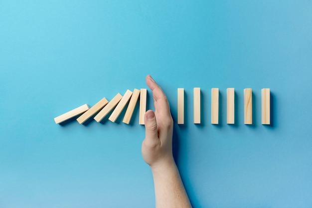Vista superior pausa entre blocos de madeira caindo Foto gratuita