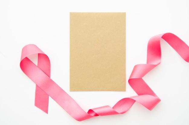Vista superior pedaço de papel com maquete de fita Foto gratuita