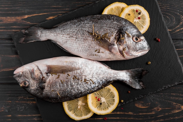 Vista superior peixe e limão Foto gratuita