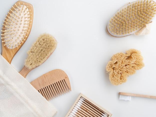 Vista superior pente e escovas em fundo branco Foto gratuita