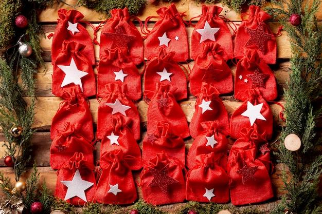 Vista superior pequenas pequenas bolsas vermelhas Foto gratuita