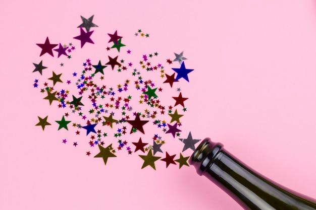 Vista superior plana leiga com decoração de natal de estrelas de confete Foto Premium