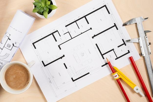 Vista superior plano arquitetônico na mesa Foto gratuita