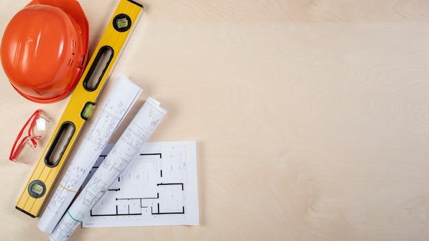 Vista superior planos arquitetônicos na mesa com cópia-espaço Foto gratuita