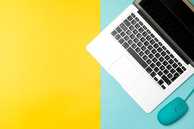 Vista superior portátil com fundo colorido Foto gratuita