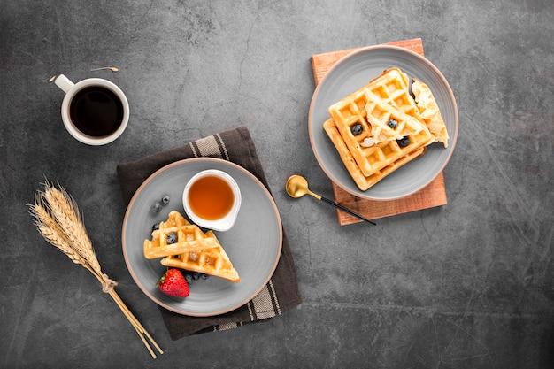 Vista superior pratos com waffles com frutas Foto gratuita