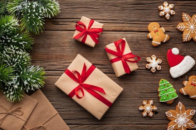 Vista superior presentes de natal em uma mesa Foto gratuita