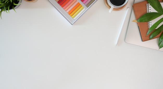 Vista superior profissional moderno espaço de trabalho criativo designer gráfico Foto Premium