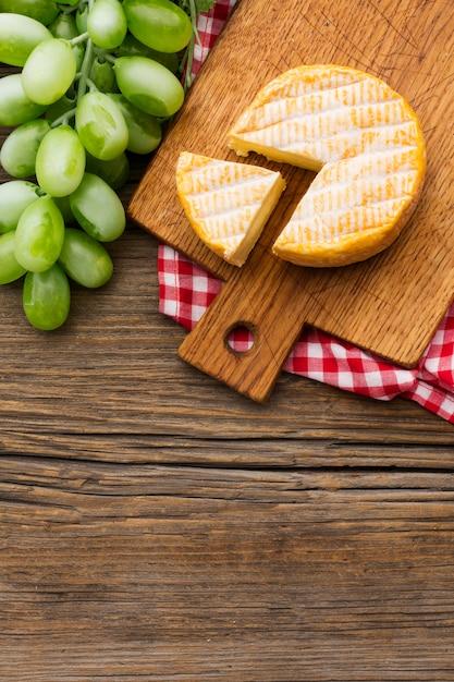 Vista superior queijo orgânico com espaço de cópia Foto gratuita