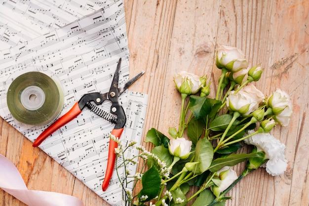 Vista superior ramo de flores na mesa Foto gratuita