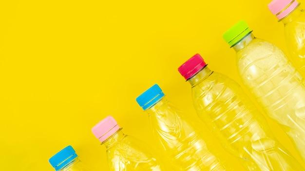 Vista superior reciclar garrafas de plástico Foto gratuita