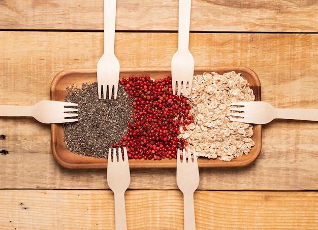Vista superior refeição saudável com garfos de madeira Foto gratuita