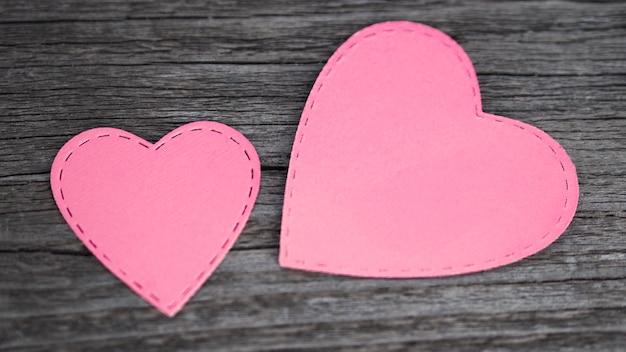 Vista superior rosa corações na mesa Foto gratuita