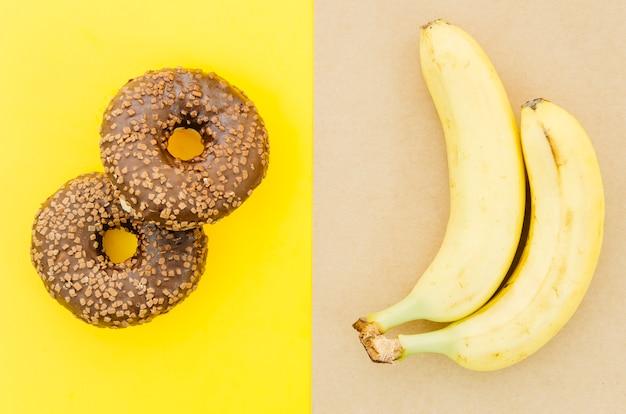 Vista superior rosquinha vs frutas Foto gratuita
