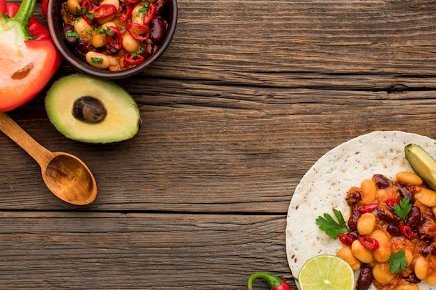 Vista superior saborosa comida mexicana pronta para ser servida Foto gratuita