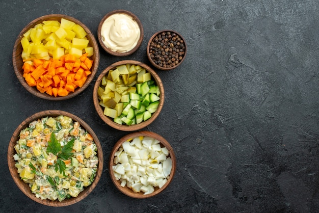 Vista superior saborosa salada maionese com vegetais frescos fatiados em cinza Foto gratuita