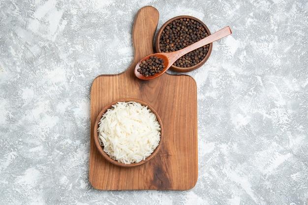 Vista superior saboroso arroz cozido com pimenta em branco Foto gratuita