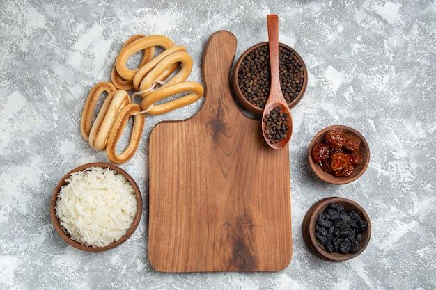 Vista superior saboroso arroz cozido com temperos e biscoitos doces em branco Foto gratuita