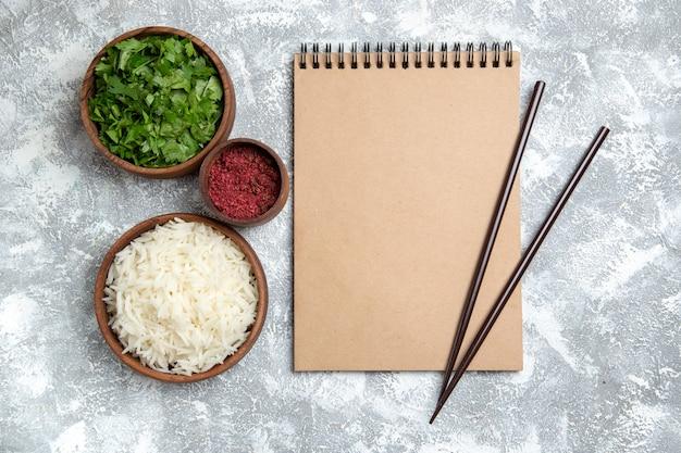 Vista superior saboroso arroz cozido com verduras em branco Foto gratuita