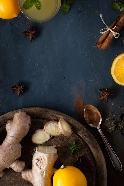 Vista superior saboroso gengibre com limão em cima da mesa Foto gratuita