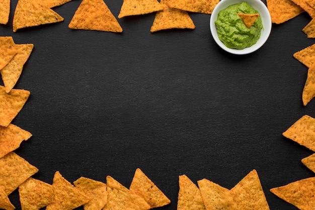 Vista superior saborosos nachos com guacamole em cima da mesa Foto gratuita