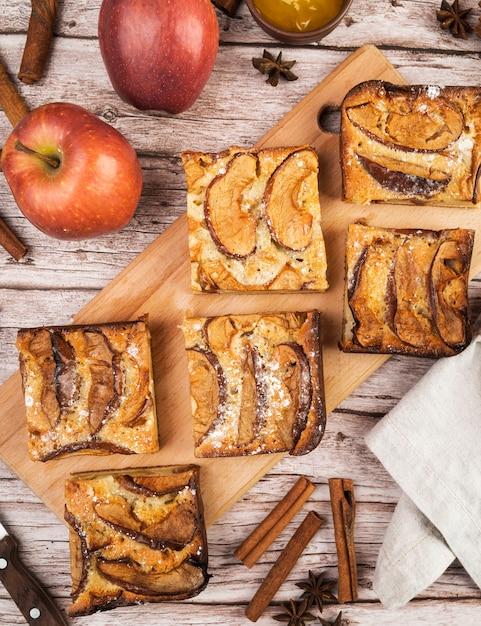 Vista superior saborosos pedaços de bolo e maçãs Foto gratuita
