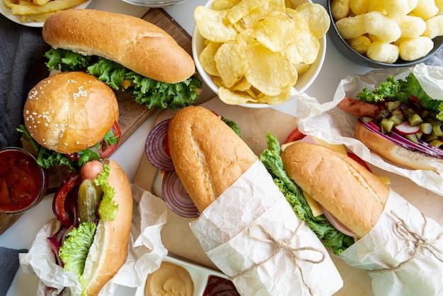 Vista superior sanduíches e hambúrguer Foto gratuita