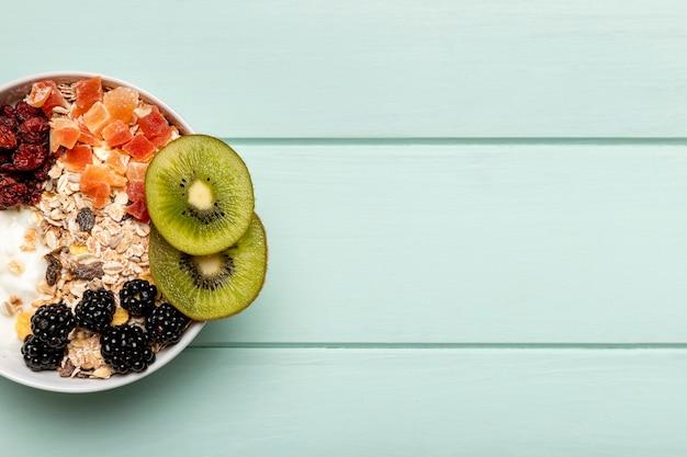 Vista superior saudável café da manhã na mesa Foto gratuita