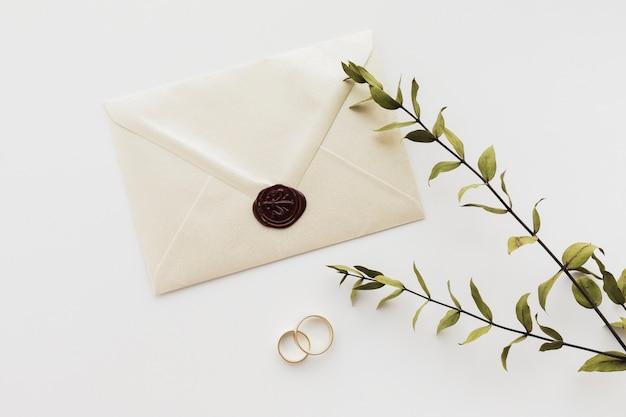 Vista superior selado convite de casamento com anéis de noivado Foto Premium