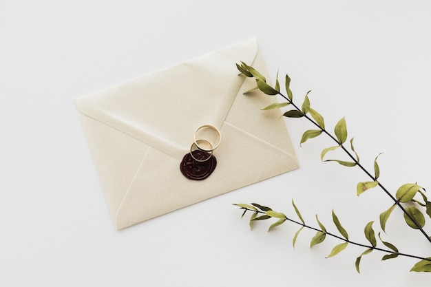 Vista superior selado convite de casamento na mesa Foto gratuita