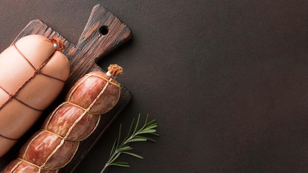 Vista superior seleção de carne fresca na mesa Foto gratuita
