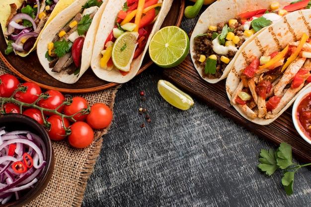 Vista superior seleção de saborosos tacos prontos para serem servidos Foto Premium