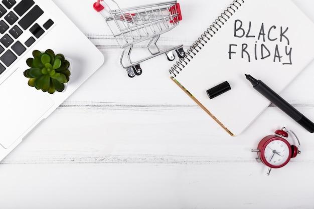 Vista superior sexta-feira negra escrita no bloco de notas Foto gratuita