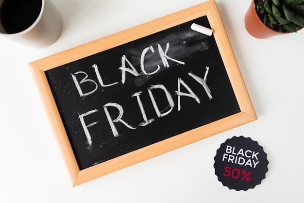 Vista superior sexta-feira negra escrita no quadro-negro Foto gratuita