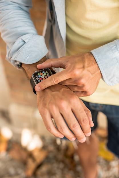 Vista superior smartwatch no braço do homem Foto gratuita