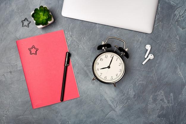 Vista superior sobre o local de trabalho com laptop e material de escritório. copie o espaço. organização do trabalho, conceito de escritório em casa Foto Premium