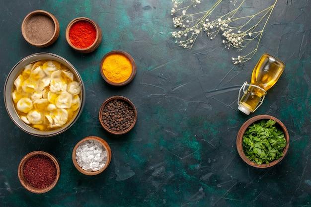 Vista superior sopa de massa com diferentes temperos e azeite no fundo azul escuro ingrediente sopa comida refeição massa molho jantar Foto gratuita