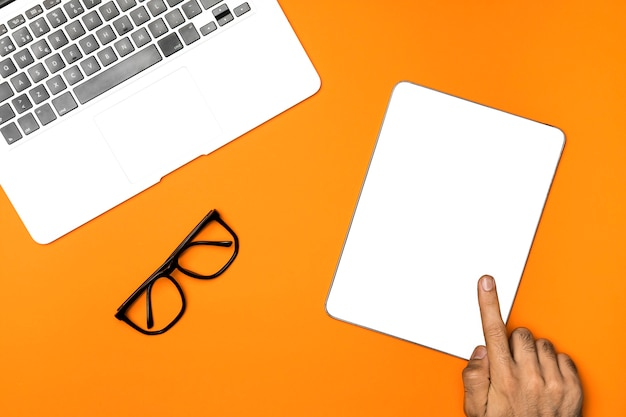 Vista superior tablet de maquete com fundo laranja Foto gratuita
