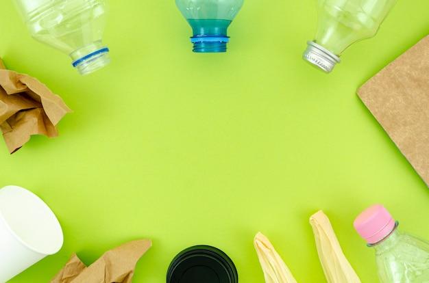 Vista superior talheres coloridos sobre fundo verde Foto gratuita