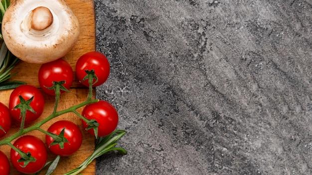 Vista superior tomate em fundo de estuque Foto gratuita