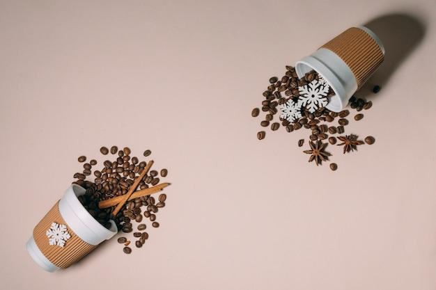 Vista superior torrado grãos de café canela Foto gratuita